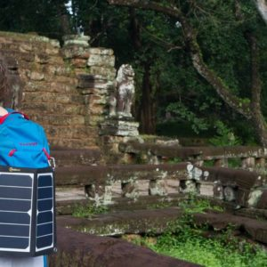 lichtgewicht USB zonnepaneel backpack Vietnam haken aan rugzak portable solar panel backpacking backpacker Vietnam